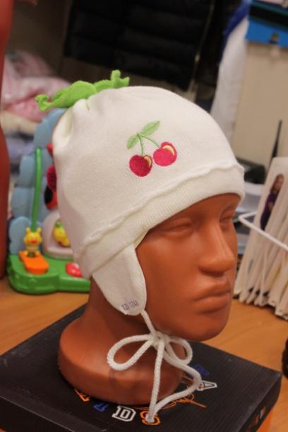 Светлая шапочка для девочки