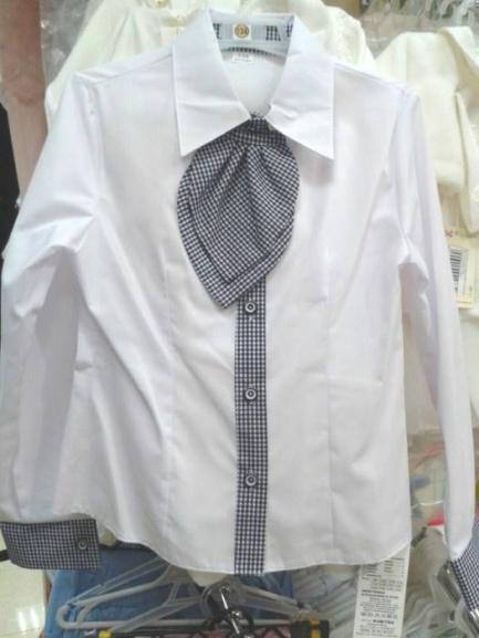 Белая школьная блузка сгалстуком