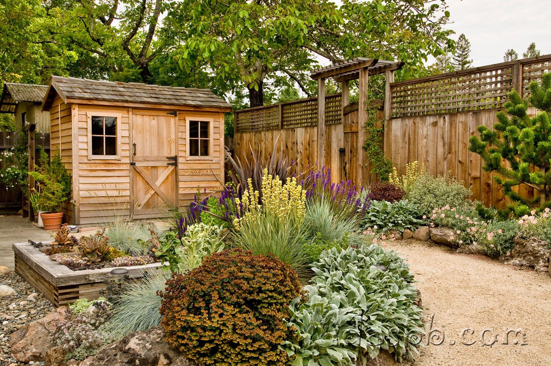 Ландшафтный дизайн дворика в экологичных цветах