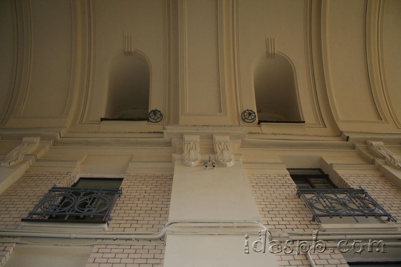 Высокая архитектура дворов Петербурга